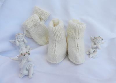 Bottines et moufles en tricot blanc cassé - 9 mois