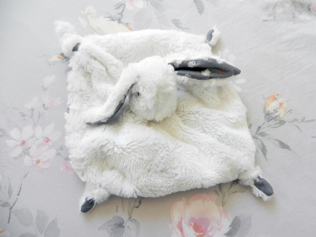 Doaa 21 a duchesse or ange doudou lapin blanc et gris
