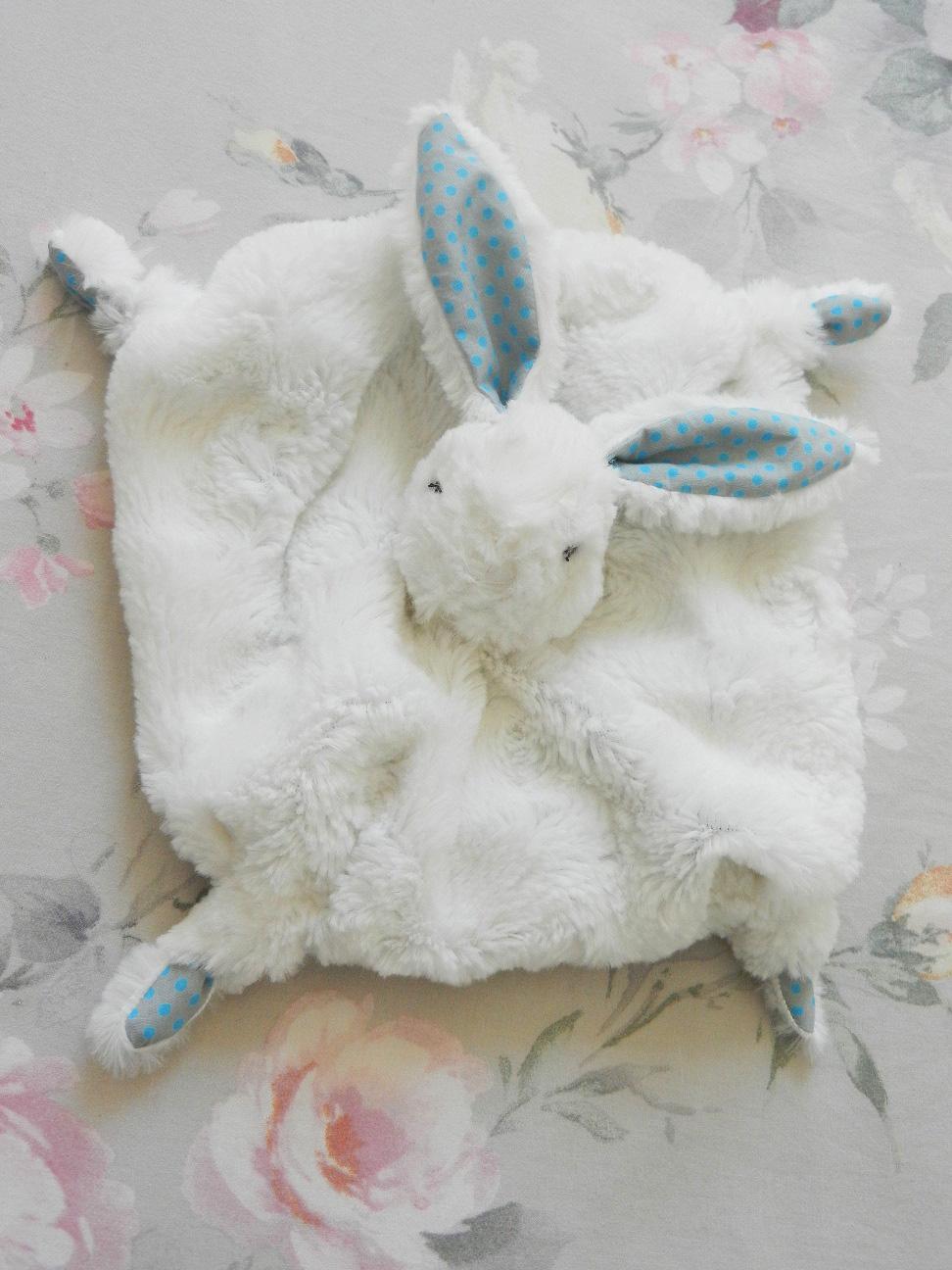Doaa 22 a duchesse or ange doudou lapin blanc et bleu pois