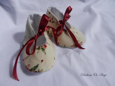 Chaussures bébé en coton crème à motifs petites fleurs rouges - 1/3 mois