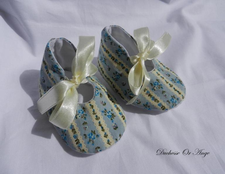 Baby shoes in light blue and cream cotton with blue flowers pattern  - 1/3 months