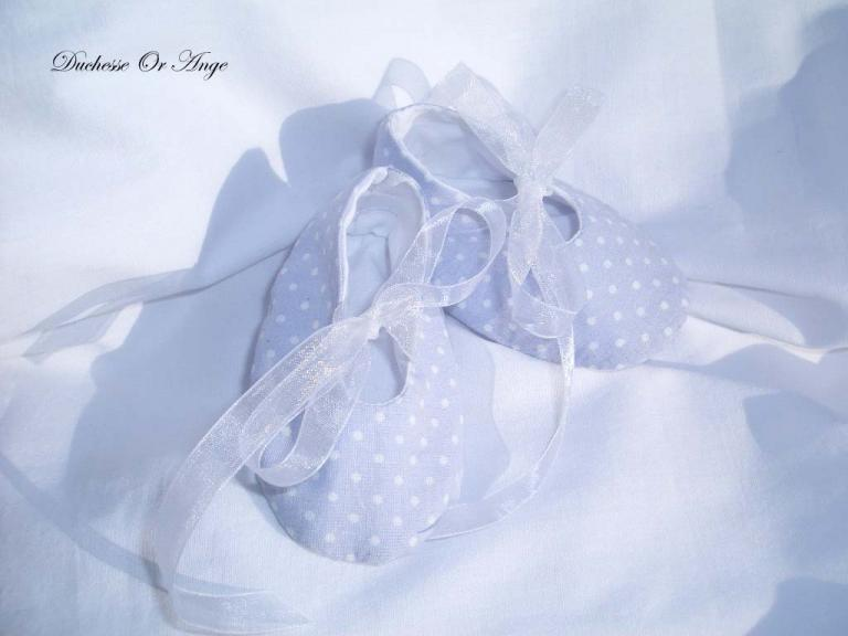 Baby shoes in light blue and white polka dots cotton - 1/3 months