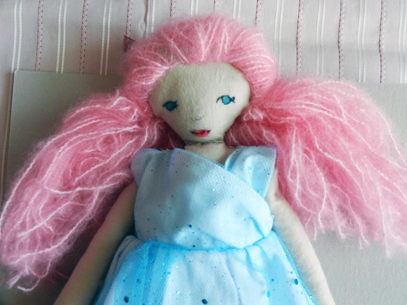 Doap 3 b poupee cheveux roses robe paillettes bleues