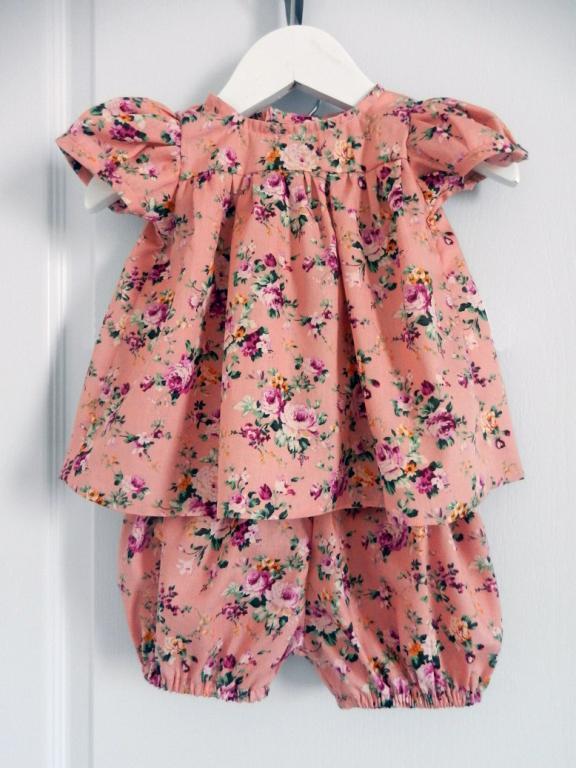 Ensemble bébé blouse et bloomer vieux rose imprimé roses- 18 mois