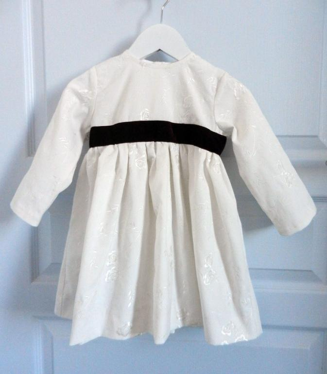 Robe à manches longues en velours brodé blanc cassé ornée d'un ruban de velours grenat à la taille - 2 ans