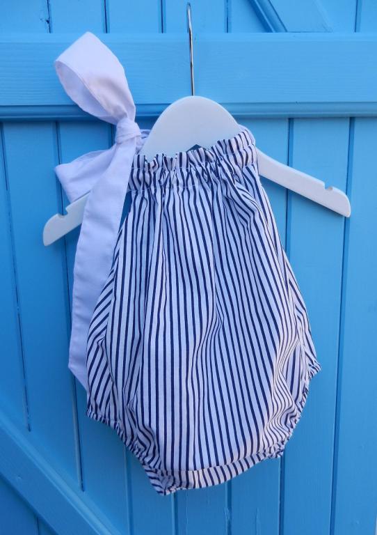 Maillot de bain bébé à rayures bleues et blanches avec nœud blanc