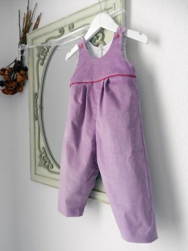 Duchesse or ange 267 salopette velours mauve passepoil rose framboise bebe mauve velvet baby overalls pink piping a