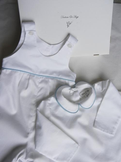 Duchesse or ange bapteme salopette blanche chemise blanche passepoil bleu b