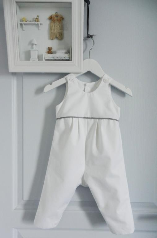 Combinaison en coton blanc soulignée d'un passepoil gris clair - 9 mois
