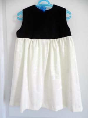 """Robe """"Pacifique"""", empiècement bleu marine, jupe en damassé de coton blanc cassé, ruban organza bleu azur dans le dos."""