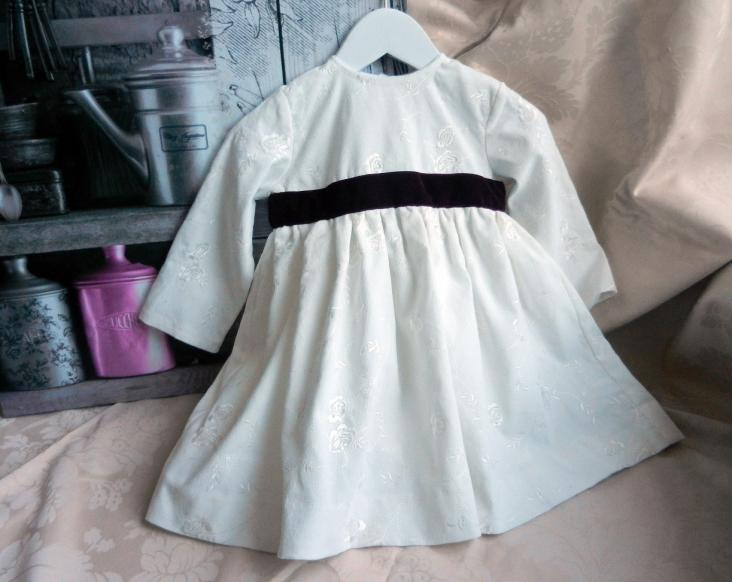 Duchesse or ange robe velours brode blanc grenat baby dress velvet embroidered cream plum sash