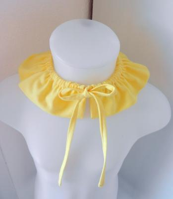 Yellow frilled collar