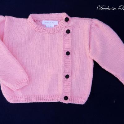 Gilet en tricot rose vif fermé avec des boutons noirs - 2 ans