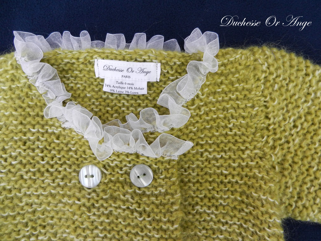 Doa 138 b gilet en tricot vert borde d organza blanc 6 mois green knitted cardigan with white organza neckline 6 months old