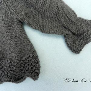 Doa 139 b haut en tricot gris anthracite fronce aux poignets 3 mois anthracite grey knitted top with gathers at the wrists 3 months old