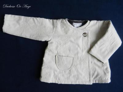 Manteau droit en damassé couleur crème - 2 ans