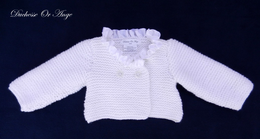 Doa 142 a gilet en tricot blanc borde de satin blanc 6 mois white knitted cardigan with white satin neckline 6 months old