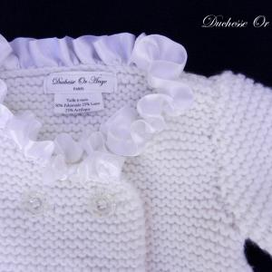 Doa 142 b gilet en tricot blanc borde de satin blanc 6 mois white knitted cardigan with white satin neckline 6 months old