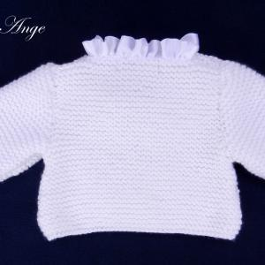 Doa 142 c gilet en tricot blanc borde de satin blanc 6 mois white knitted cardigan with white satin neckline 6 months old