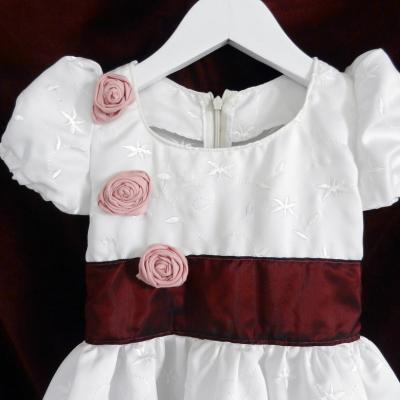 Robe de princesse blanche avec manches ballon, ceinture bordeaux et roses roses - 4 ans