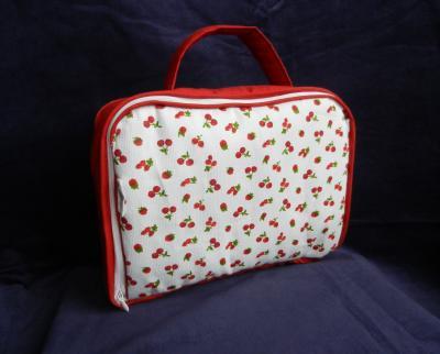 Valisette matelassée rouge et blanche imprimé petites cerises et fruits rouges