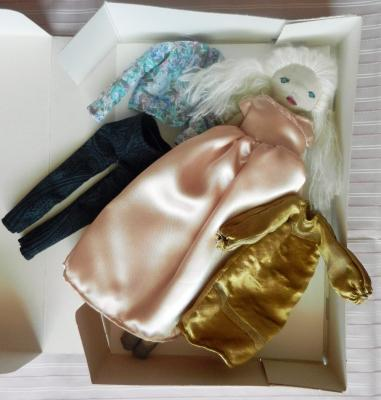 Coffret poupée blonde 3 tenues, robe rose