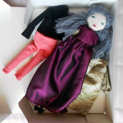 Coffret poupée cheveux bleus gris, 3 tenues, robe bordeaux
