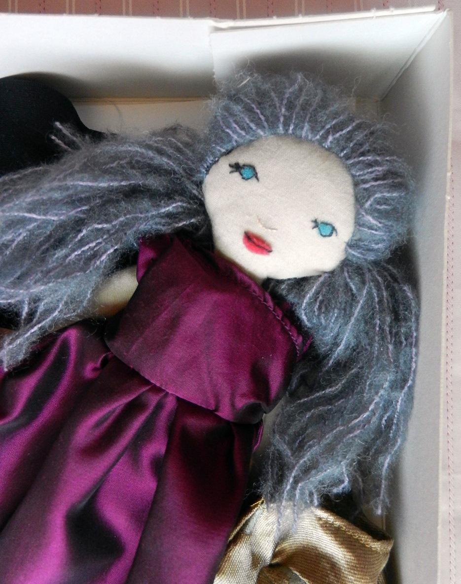 Doap 5 b coffret poupee cheveux gris robe bordeaux