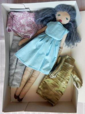Coffret poupée cheveux bleus gris, 3 tenues, robe bleu ciel
