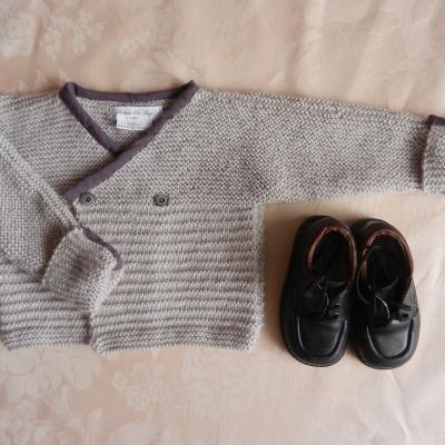 Gilet en tricot gris clair bordé de tissu bordeaux - 2 ans