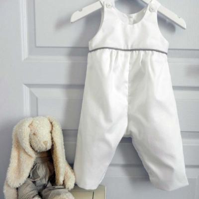 Combinaison en coton blanc soulignée d'un passepoil gris clair (ou autre coloris au choix)